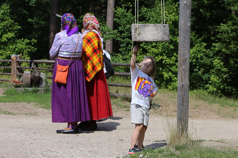 Taisat, tautas, augsta duris. Folkloras diena. Foto Evija Trifonova